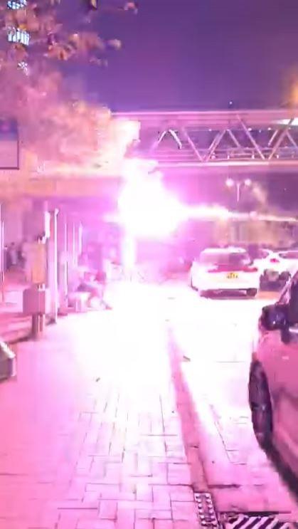 天水圍警署外突然有人射煙火,多人受傷。(圖取自香港突發事故報料區臉書影片)