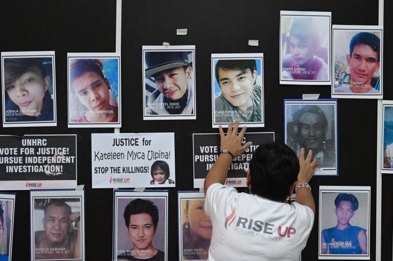 菲國總統杜特蒂上任後向毒品宣戰,然而他所發起的毒品戰爭已造成大量人民死亡。圖為菲律賓人權委員會馬尼拉辦事處為受害者舉行的彌撒。(法新社)