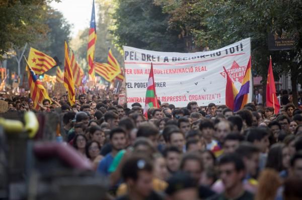 有成千上萬名大學生和高中生週四在巴塞隆納抗議,反對西班牙中央政府接管加泰隆尼亞的計畫。(歐新社)