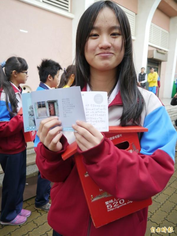清水國中學生林妤宸親手寫韓文,盼能邀請韓國偶像來台造訪清水。。(記者張軒哲攝)