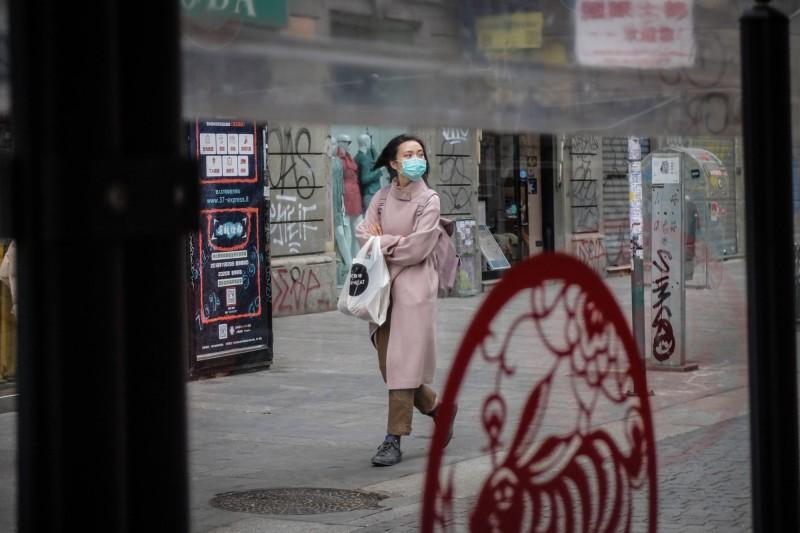 義大利武漢肺炎疫情升高,各地出現多起暴力攻擊華人案例。圖中,義大利米蘭街道上的路人戴著口罩。(歐新社)