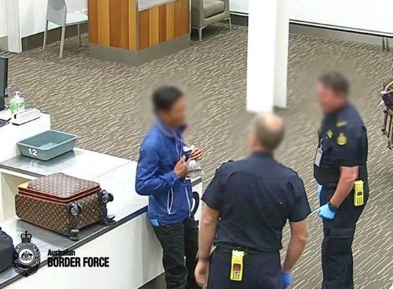男子將62萬紅龍魚直接掛脖子,試圖闖海關遭捕。(圖擷自Australian Border Force臉書)