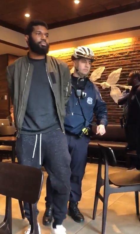 美國費城有黑人到星巴克借廁所,竟被店員報警逮捕。(圖擷自Melissa DePino推特)