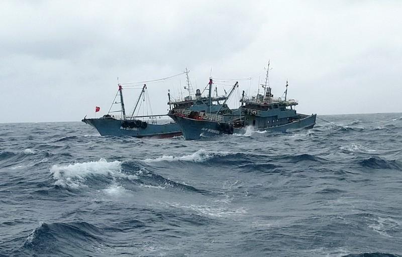 中國漁船在棉花嶼衝撞我國東港籍漁船。(記者陳彥廷翻攝)