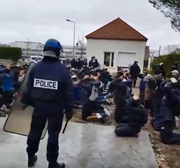 法國抗議活動「黃背心」(Yellow Vests)示威運動越演越烈,連學生都為了教育改革都上街抗議,卻被鎮暴警察綑綁雙手,面壁下跪,猶如行刑的畫面被人傳上網路後,引來一陣熱議。(翻攝自Violences Policières推特)