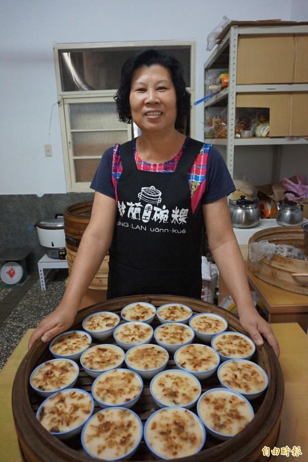 「鈴蘭手工碗粿」業者蔡鈴蘭堅持以不摻水的純在來米磨漿,製作手工鹹碗粿,滋味Q彈有勁。(記者曾迺強攝)