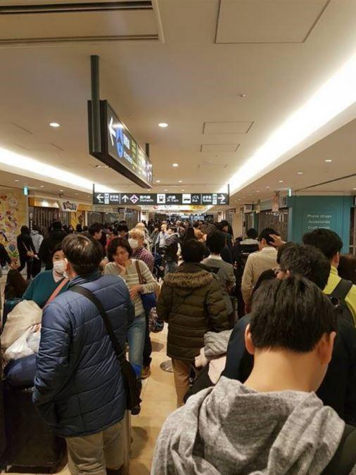新千歲機場3000多名旅客滯留,許多台灣旅客在機場睡了兩天,連飯都沒有吃。(本報讀者提供)