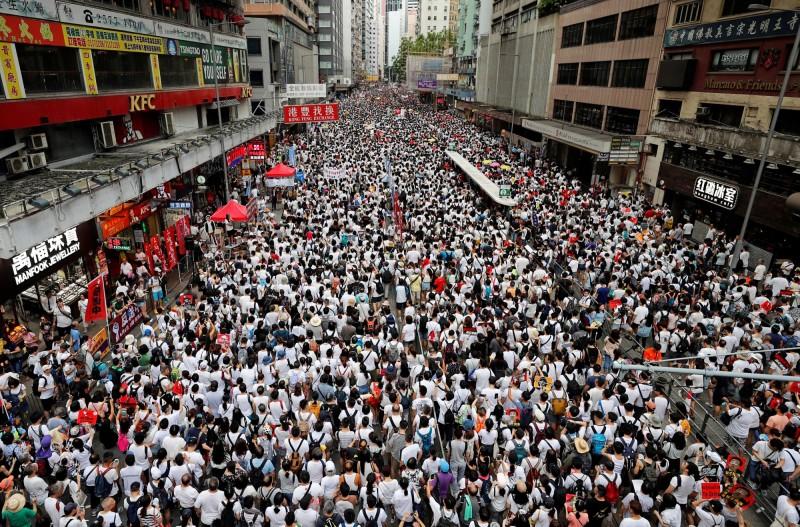 香港民眾抗議港府審定逃犯條例,未來會向中國移交中方認定的嫌疑犯。(路透)