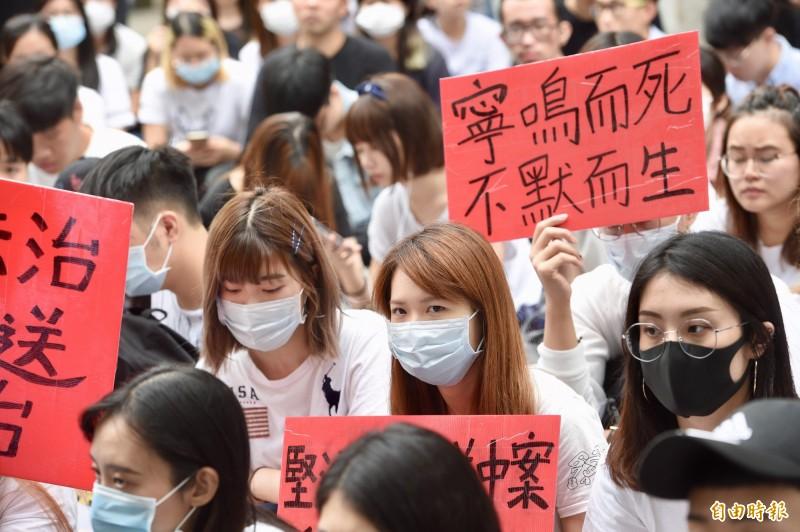 戴啟思12日去信香港特首林鄭月娥,再一次要求撤回《逃犯條例》。而在台灣,也有數百名香港在台學生今於香港經貿文化辦事處外靜坐罷課,聲援香港反送中運動。(記者羅沛德攝)
