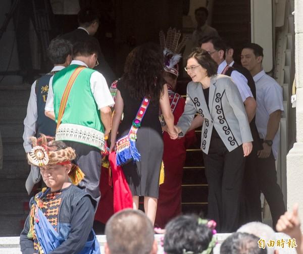 總統蔡英文針對過去政權對待原住民族造成的傷害道歉,並在總統府門口迎接16族原住民代表進入府內,也走到廣場向抗議的民眾揮手致意。(記者黃耀徵攝)
