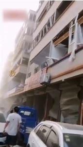 民宅的玻璃被震碎。(圖擷取自微博)