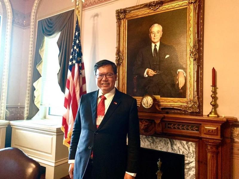 桃園市長鄭文燦近日訪美,他的同名粉專昨貼出一張「白宮原來這麼大」的照片,訴說他赴華盛頓特區會晤白宮、國防部及國務院的官員。(圖翻攝自臉書粉專「鄭文燦」)