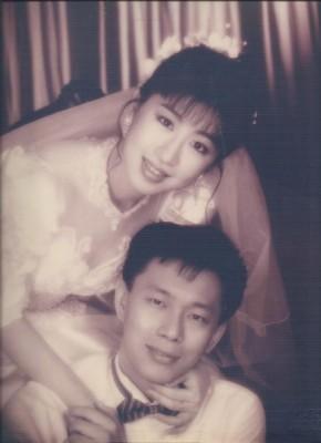 日前被命理師說臉型沒有旺夫運,台北市長候選人柯文哲七子陳佩琪不甘示弱,拿出十幾年前的婚紗照想扳回一城。(圖擷取自陳佩琪臉書)