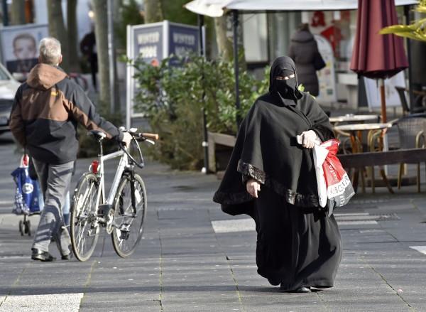 德國一名穆斯林婦女,在上班首日,因拒絕在有男性的場合摘下頭巾,而被市長開除。(美聯社)