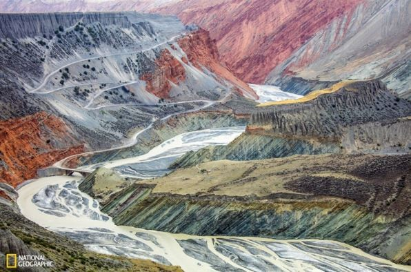 香港參賽者鄭振揚(Tugo Cheng)以拍攝新疆天山的自然景觀照片「大自然的抽象畫」獲得「自然組」優等獎,該作品曾獲國家地理大賽台灣區自然組第一名。(圖擷取自《國家地理雜誌》網站)