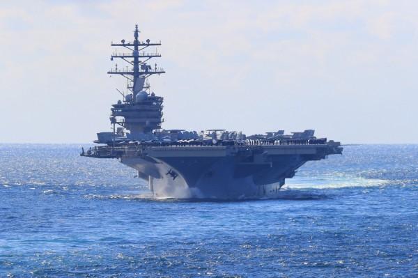 美國政府昨再度派出兩艘軍艦由南向北航經台灣海峽,同一時間,美國航空母艦「雷根號」(見圖)也在台灣東部的太平洋海域北上。(歐新社資料照)