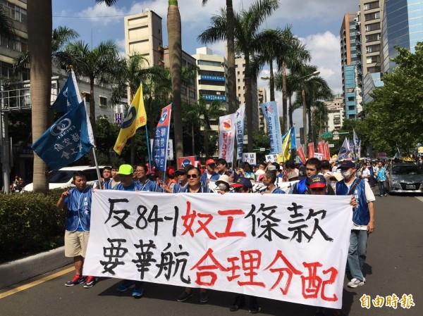 華航與工會5月27日針對工會提出的外站津貼等7項訴求進行調解,但雙方未能達成共識,調解不成立,工會於是發動罷工投票。圖為華航員工日前走上街頭。(資料照,記者楊綿傑攝)