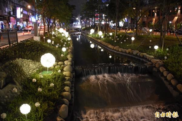 「蒲公英花語」燈景點綴綠川河道兩側。(資料照)
