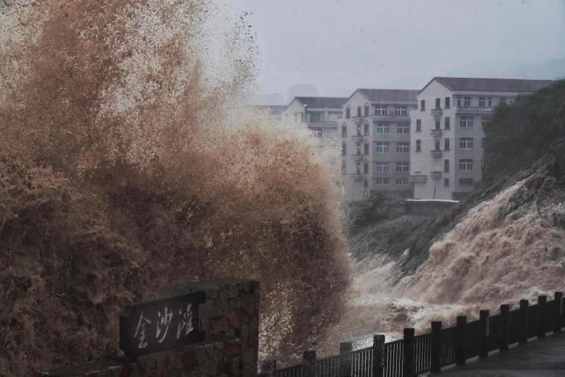 中國台州、溫州、寧波等縣市約3百萬人受災,75萬人被緊急安置,已釀死亡13人、16人失聯,200餘間房屋倒塌。 (法新社)