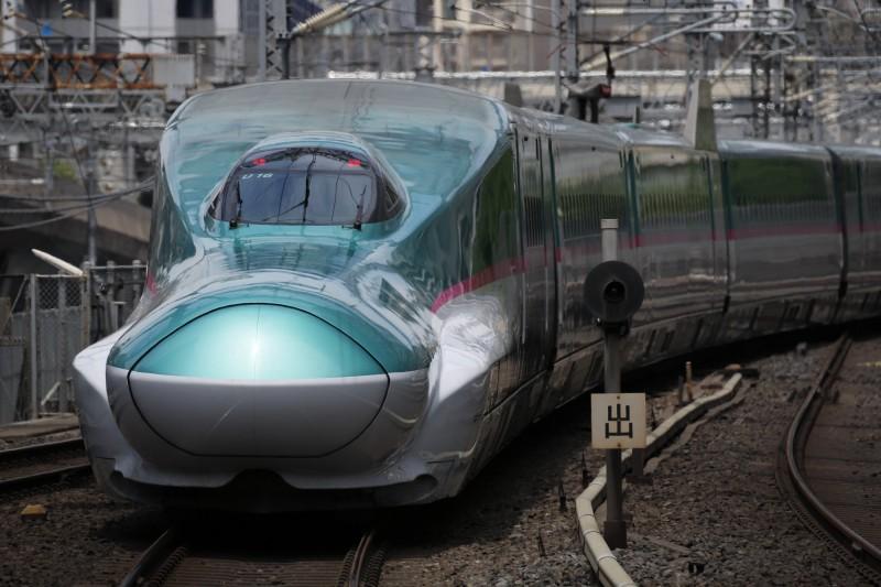 日本新幹線一列車在以時速280公里行駛期間,赫然發現有一扇車門沒有關閉,所幸駕駛緊急停車,340名乘客沒有人受傷。(彭博)