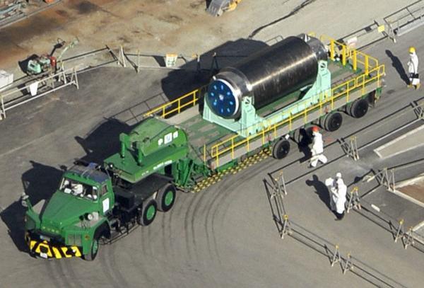 日本福島第一核電廠啟動廢爐計劃,4號機組內的燃料棒今天完成第一回合的取出作業。(路透社)