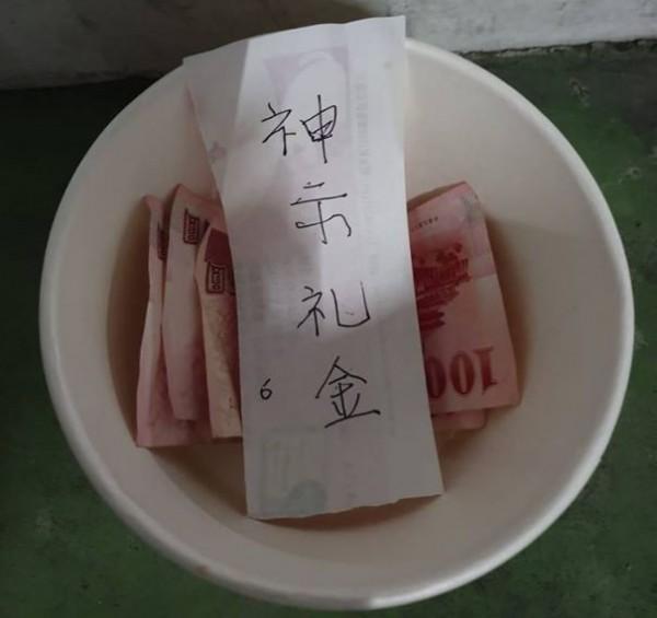 一名網友發現有人在他車頂放了「碗」與「錢」,發文好奇詢問「這是幹嘛的?」(圖擷取自臉書「爆料公社」)