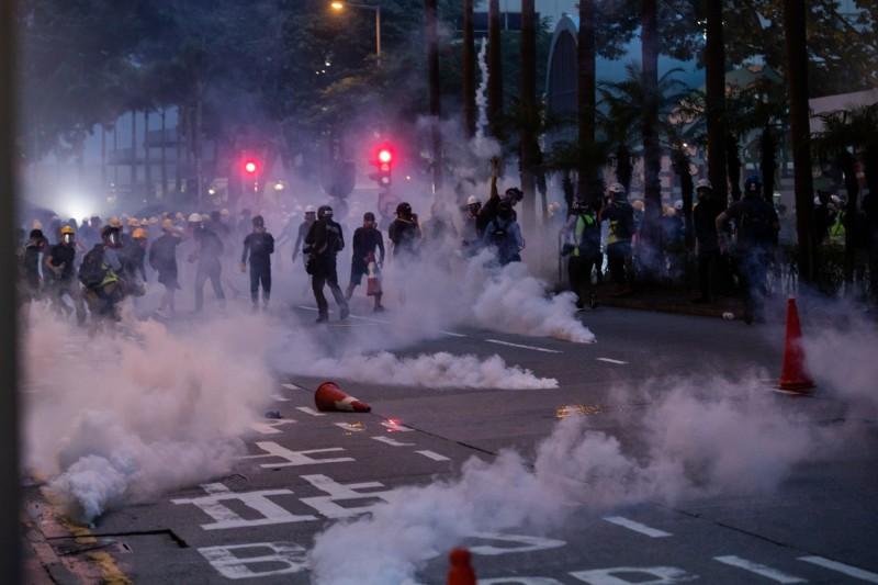 外媒指出香港警方已發射了1800多發催淚彈,不過從一些射及催淚彈使用的影片當中,可看出港警不斷違反驅散人民的標準,將示威者置於嚴重危險當中。(彭博)