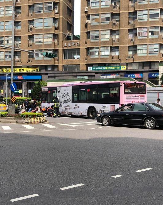 84歲的高姓老婦今天下午沿著斑馬線過馬路時,不幸遭左轉的公車撞上、輾過雙腿,目前確定必須截肢才有機會保命。(圖擷取自PTT)