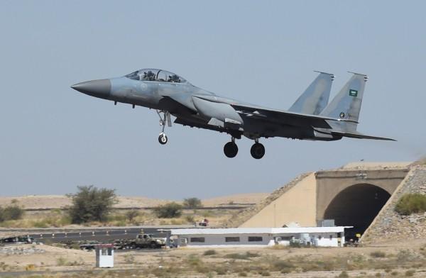 沙烏地阿拉伯擠下俄羅斯,成為全球第三大軍費支出國。圖為沙國空軍F-15戰機。(法新社)