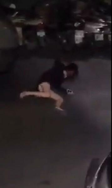女子踹了男生後,男方也不甘示弱朝女生肚子踹去,女子痛的倒在地上。(圖擷取自臉書影片)