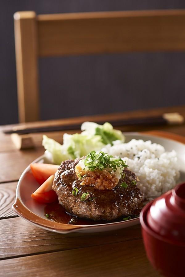 用蘿蔔泥、蔥花、白飯襯托出日式漢堡排的清爽口感,擺設的角度及光線也要藉由鏡頭仔細調整。(迷彩廣告攝影提供)