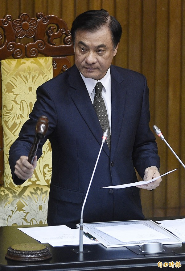 立法院長蘇嘉全敲下議事槌,《公職人員選舉罷免法部分條文修正案》三讀通過。(記者陳志曲攝)