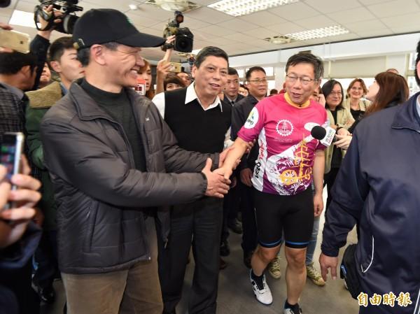 台北市長柯文哲在完成自行車雙塔挑戰後,28日下午前往社子島視察I-voting 狀況,聽取當地民眾意見。(記者劉信德攝)