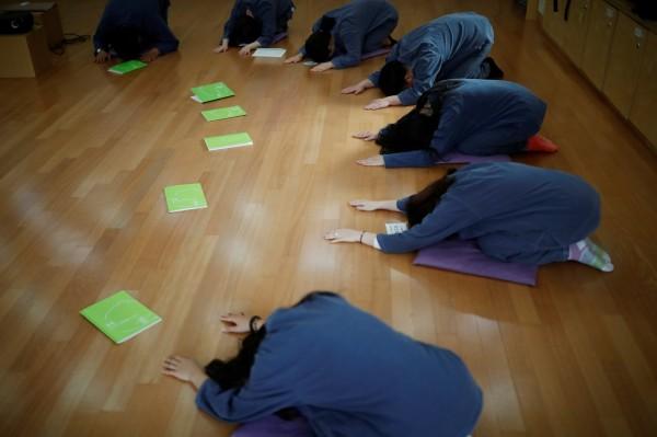 受刑人在被關進監獄前,要先進行鞠躬的儀式。(路透)