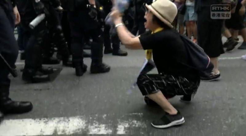 一名香港媽媽雙膝跪地,懇求員警住手。(擷取自「香港電台視像新聞 RTHK VNEWS」直播)