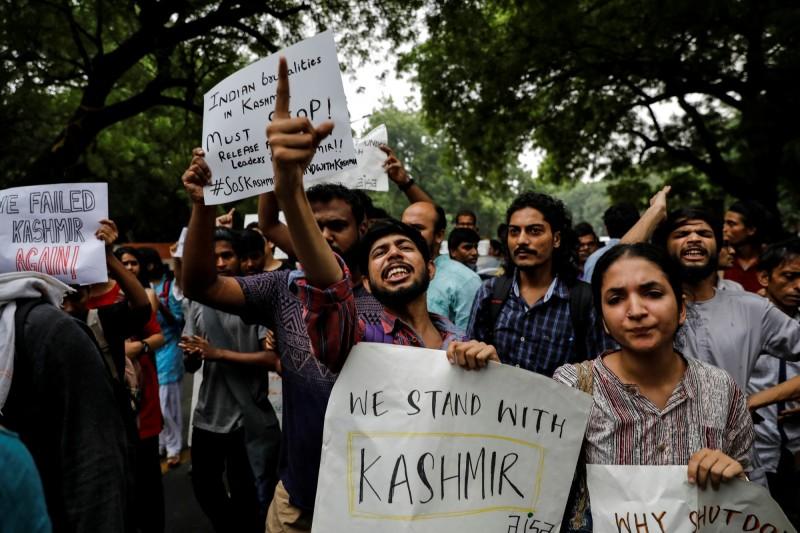 印度政府宣布撤銷喀什米爾的特殊地位,讓反對人士走上街頭舉牌抗議。(路透)