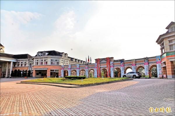 高雄市長候選人韓國瑜在斗六市創辦的維多利亞「貴族學校」,被爆涉賤租國有地辦校,每坪月租金僅8元。(記者林國賢攝)