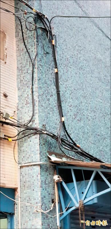 大樓外面常見被設置不明的電纜線、電線,引起住戶恐慌。圖非本新聞事件外牆。(記者楊國文攝)