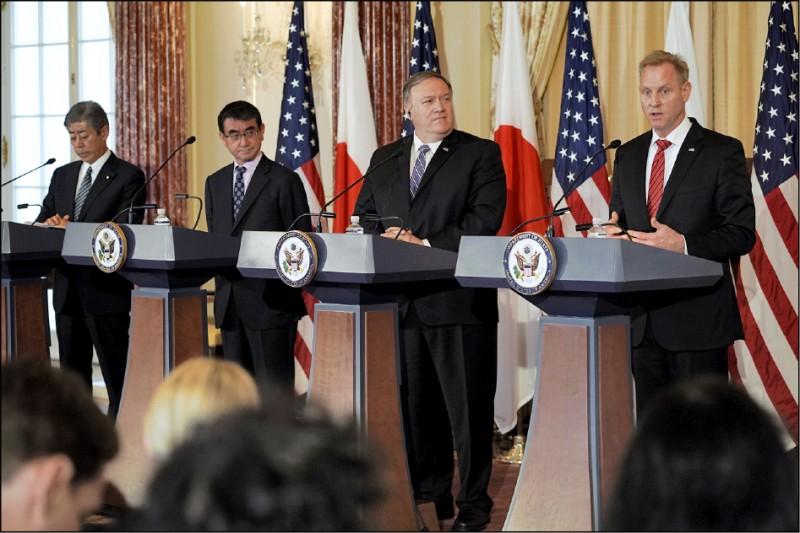 美國國務卿龐皮歐(右2)、代理國防部長夏納翰(右)、日本外相河野太郎(左2)與防衛大臣岩屋毅(左)19日在華府舉行美日外交部長與國防部長的二加二會議,同意將網路納入美日安保範疇。﹛美聯社)