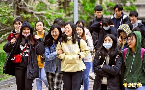 大學學測第二天的試程結束,考生們的輕鬆心情全寫在臉上。(記者劉信德攝)
