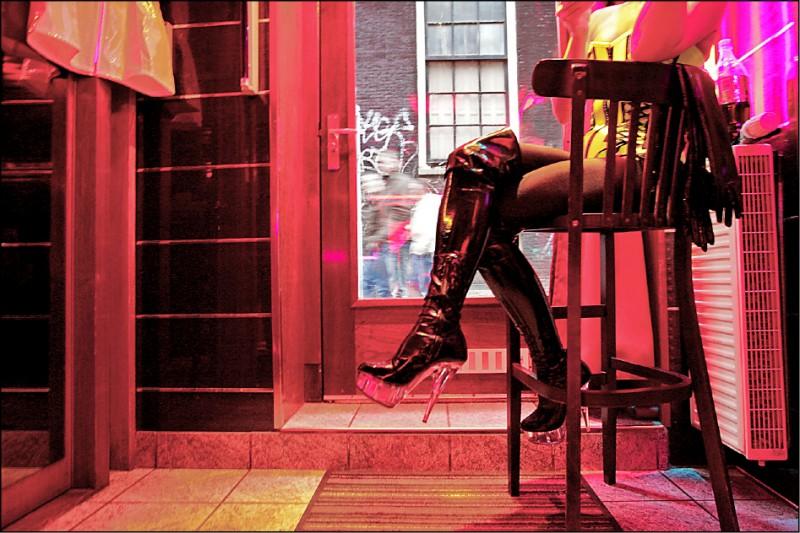 性工作者抱怨生意難做 阿姆斯特丹紅燈區明年起禁觀光導覽