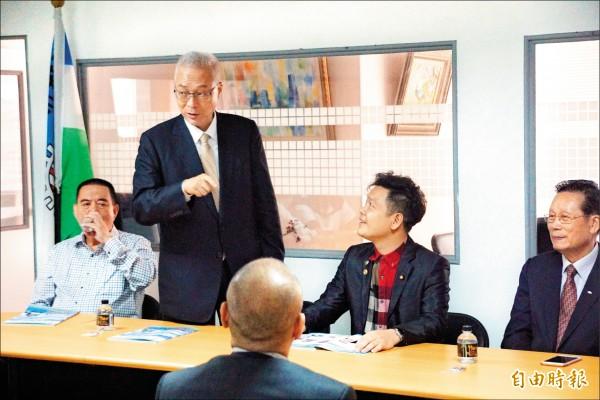 國民黨主席吳敦義(左二)暗罵陳菊「肥滋滋的大母豬」。(記者黃佳琳攝)