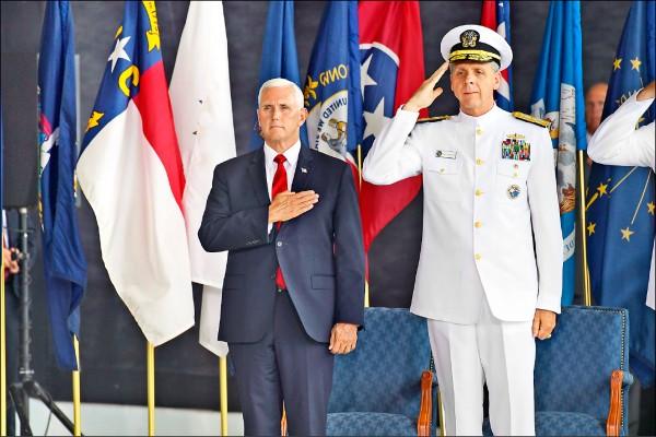 美國副總統彭斯(左)公開批評中國,軍方人士預料,美方接下來會以具體行動支持台灣。圖為彭斯與美軍印太司令戴維森8月出席在珍珠港—希卡姆聯合基地舉行的紀念活動。(美聯社檔案照)
