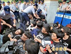 反自經區偷渡 學生闖立院遭驅離
