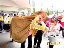 白河農抗議污染 台南市府前大跳農村曲