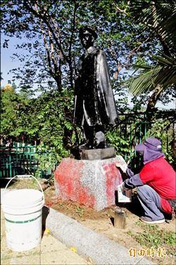 基隆中正公園2老蔣銅像被染紅 還噴字洩憤