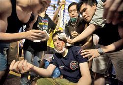 港警縱容黑道 襲擊示威者