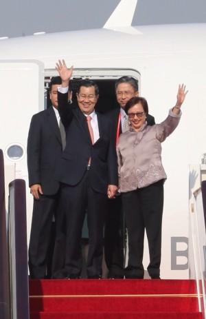 蕭萬長飛抵北京 國台辦副主任接機