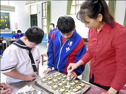 潭子國中校慶 特教班義賣鳳梨酥