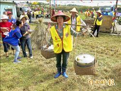 客家子弟回鄉割稻 重溫務農情